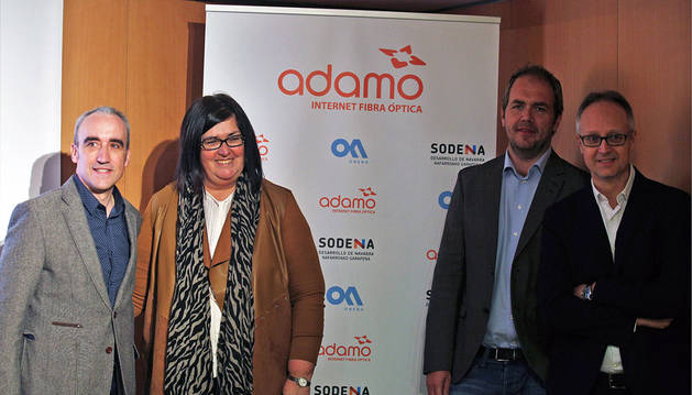 En la imagen, por la izda: Félix Suescun Ruiz (presidente de Onena), Pilar Irigoien Ostiz (directora de la sociedad pública Sodena),  Fredrick Gillstrom (CEO de Adamo) y Xavier Viladegut (director de operaciones de Adamo).