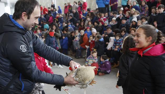 Una menor contempla sonriente un ejemplar en el Juego del Gallo de ayer por la tarde en Elizondo.