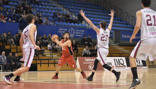 Imagen de un partido del Basket Navarra en el Pabellón Universitario.