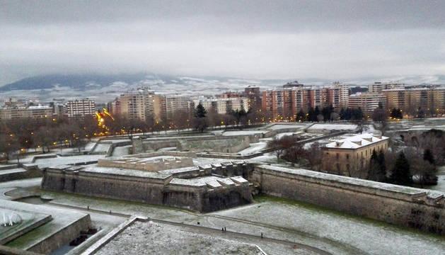 Pamplona amanece cubierta con una fina capa de nieve