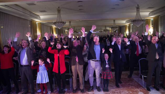 El público asistente, entre los que se encontraban el alcalde Joseba Asiron y el representante de UPN Enrique Maya, hizo la ola por Amaia Romero.