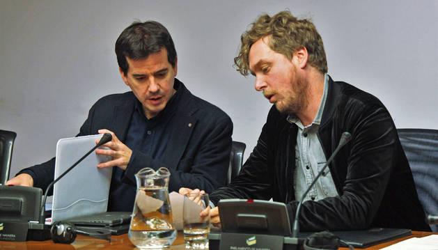 Imagen del delegado del Gobierno foral en Bruselas y exedil por NaBai, Mikel Irujo, y Maiorga Ramírez.