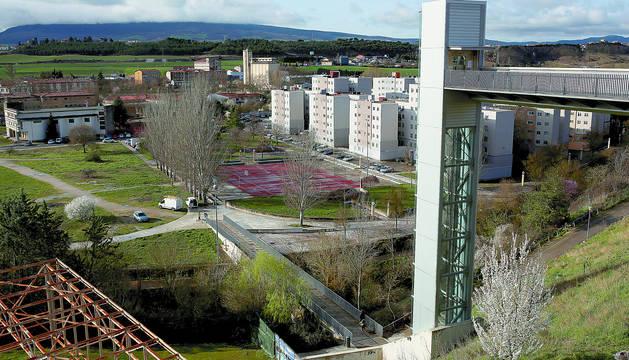 Foto de Echavacoiz sur con los cambios de los últimos años: las fachadas del grupo Urdánoz rehabilitadas y el ascensor.