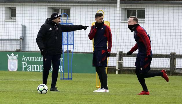 El técnico de Osasuna, Diego Martínez, da instrucciones a Clerc y Barja durante un entrenamiento