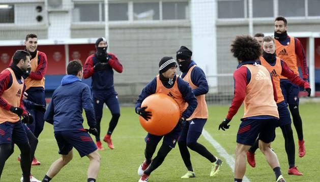Lucas Torró protege un balón ante sus compañeros durante un ejercicio practicado esta semana en Tajonar