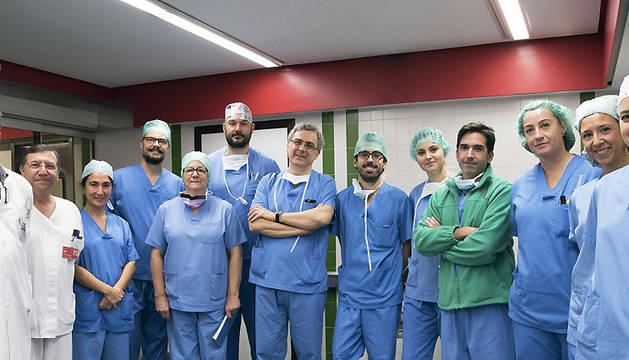 """Equipo de Cirugía Vascular del CHN junto con los médicos de Madrid y Burgos que presenciaron una intervención con """"endoanclajes""""."""