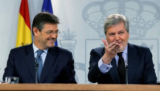 Rafael Catalá e Íñigo Mendez de Vigo en la rueda de prensa posterior al consejo de ministros.