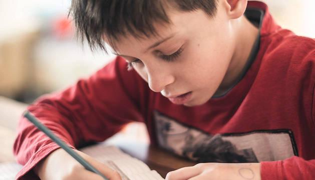 Un niño hace los deberes.
