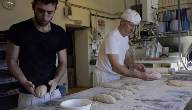Arguiñáriz, con seis vecinos en invierno, aparece en la ruta del buen pan. Más de doce horas de sudor, materia prima de calidad y una filosofía de vida amasan su elección