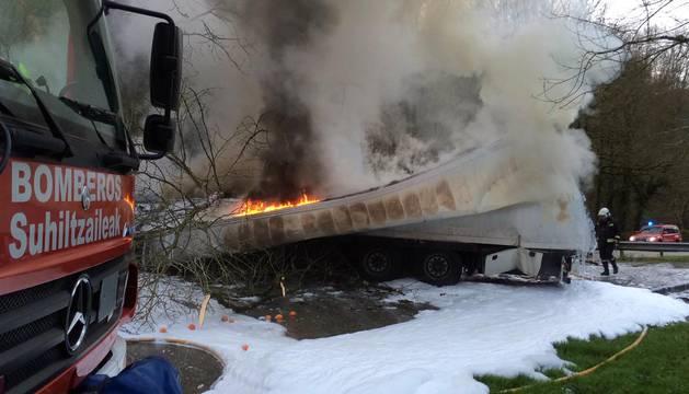 Un camionero fallece en un accidente de la N-121-A