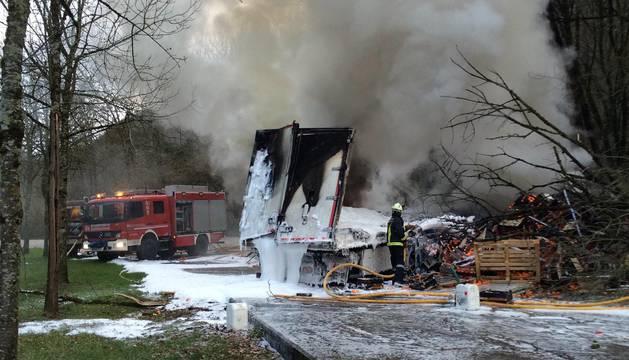 Muere un camionero tras sufrir un accidente en la N-121-A