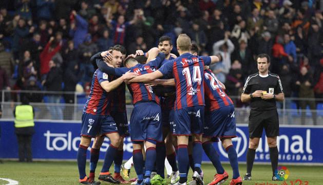 Los futbolistas del Huesca celebran el gol de Jair ante la Cultural Leonesa
