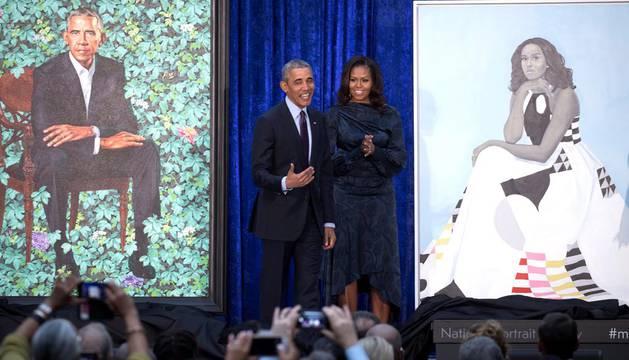 Obama se ríe del tamaño de sus orejas en la presentación de su retrato oficial