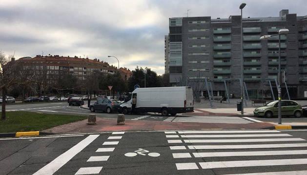 En la imagen, una furgoneta bloquea el paso ciclista cerca de Carrefour.