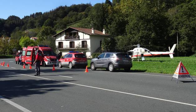 El helicóptero del Gobierno de Navarra, junto a una patrulla de la Policía Foral.