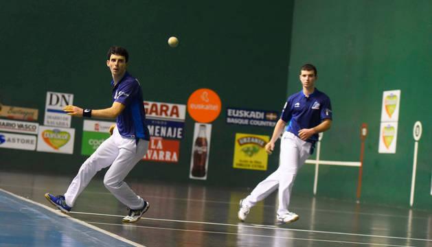 Jokin Altuna resta una pelota desde el ancho durante el partido de ayer en el Beotíbar tolosarra con Martija al fondo.