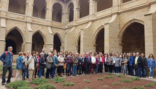 En la imagen, grupo de la Asociación de Amigos del Románico que visitó recientemente el claustro de Fitero.