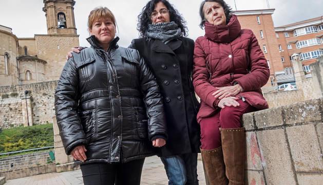 Desde la izquierda, Maite Aguirre Desojo, Elena García Hernández y Ana Santesteban Maeztu. Detrás, la torre de la iglesia de San Miguel de Estella.