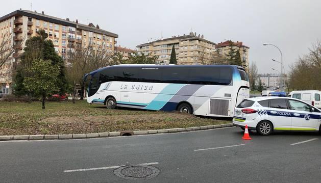 517e4017c429d Un autobús sin conductor derriba árboles