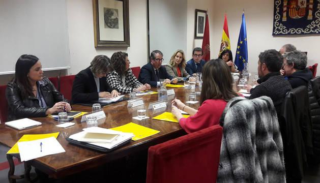 Imagen de la reunión en la sede de la Dirección General de Tráfico entre la delegada del Gobierno en Navarra, Carmen Alba, la presidenta del PPN, Ana Beltrán, la jefa provincial de Tráfico, Belén Santamaría, y senadores de varios partidos.