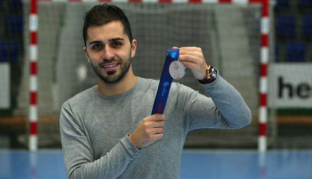 El internacional de Osasuna Magna, Rafa Usín, muestra, en el pabellón Anaitasuna, la medalla de plata del Europeo.