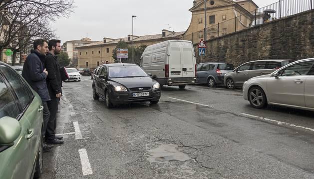 Uno de los tramos en los que se actuará en la avenida Yerri, con baches y una circulación constante.