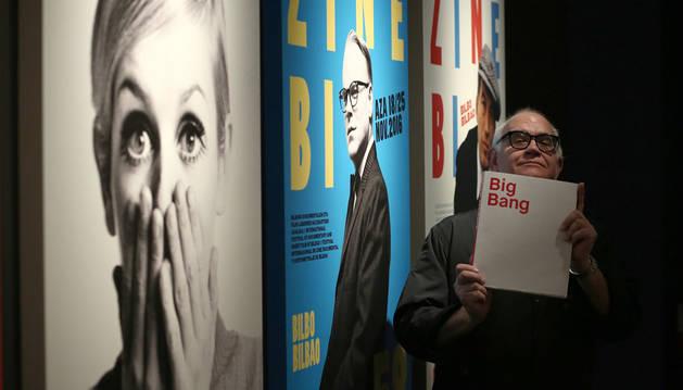 Imagen de Óscar Mariné, este miércoles, con el catálogo de la exposición Big Bang en sus manos.