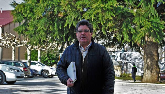 Imagen de Juan Antonio Lora Jaunsaras frente al árbol que preside el patio del IES Huarte.