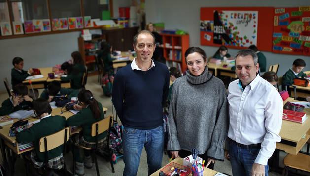 Luis Villanueva (izda), Alicia Díez  y José Julián Prieto, en el colegio Santa Teresa de Pamplona.