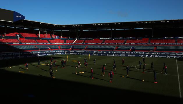 Imagen del estadio de El Sadar con motivo del entrenamiento del primer equipo esta temporada.