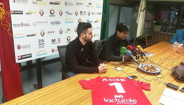 El presidente de la entidad, Tatono Arregui, en la rueda de prensa junto a Asier Llamas
