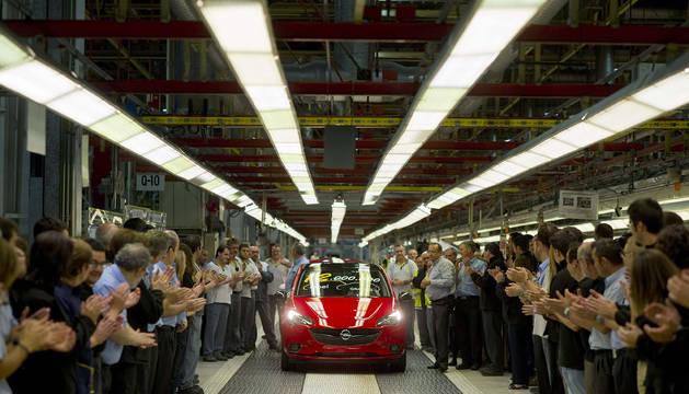 Celebración de la salida de la unidad 12 millones del Corsa en 2015.
