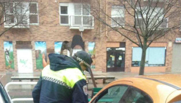 Un policía inspecciona un coche afectado