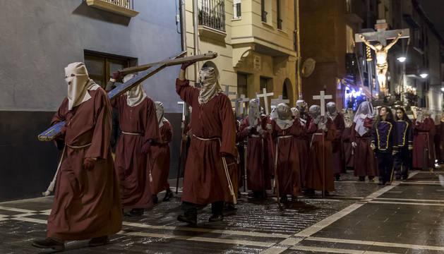 La Cruz de Lampedusa procesionó delante del paso del Cristo Alzado, ayer tarde en Pamplona.