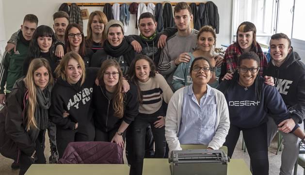 Sumi Vigier Castrillo, este jueves en clase con los alumnos de 1º de Dependencia del Politécnico, a los que ha iniciado en el sistema braille.