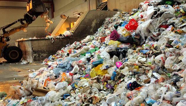 Bolsas de plástico apiladas en un montón en el centro de tratamiento de Góngora.