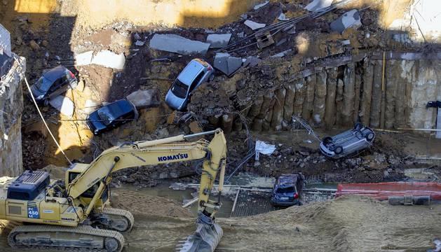 Un gran socavón arrastra a varios coches en Roma