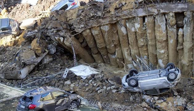 Evacúan dos edificios en Roma por un socavón que arrastró varios coches