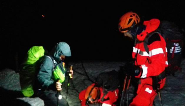 Los bomberos llevan a cabo las tareas de rescate