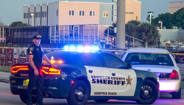 Oficiales de la policía hacen guardia tras el tiroteo registrado hoy, miércoles 14 de febrero de 2018, en la escuela secundaria Marjory Stoneman Douglas de la ciudad de Parkland, en el sureste de Florida