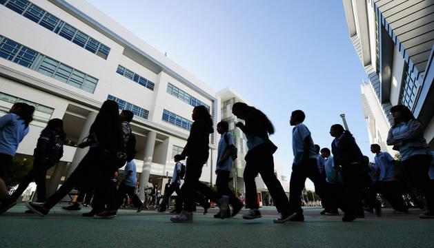 Estudiantes a la entrada de un colegio.