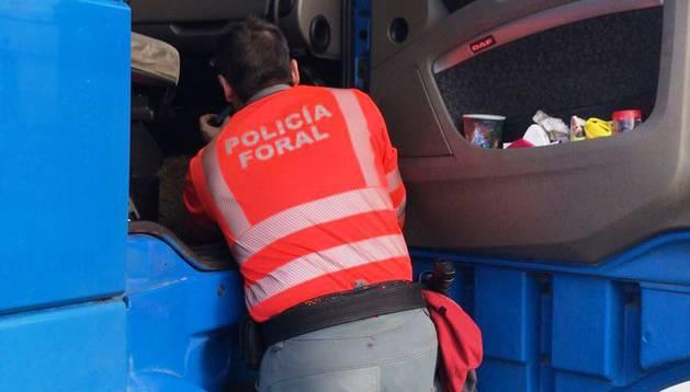 Un agente de Policía Foral revisa el camión