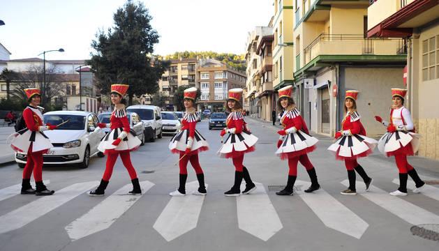 Vestidas de majorette, esta cuadrilla no dudó en imitar a Los Beatles en su icónica fotografía.