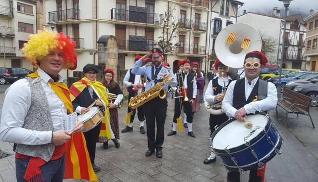 La banda 'Haize Berriak' inició su periplo por el centro urbano con la interpretación de una sardana.
