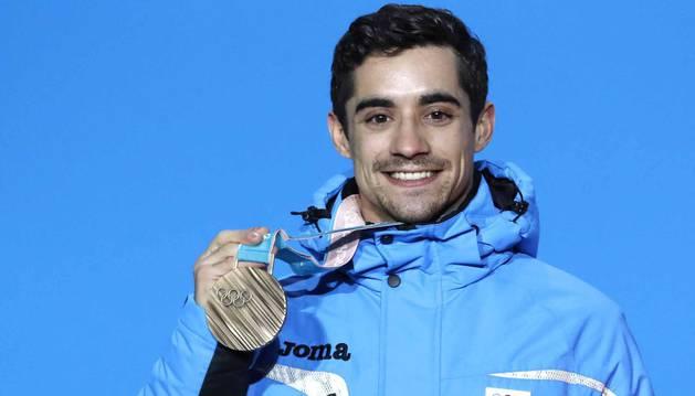 Javier Fernández con la medalla de bronce