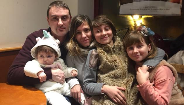 Héctor Plaza Sánchez y Olalla Alza Hernández, junto a sus hijas Nadia -11años-, Ariana -9- y Noa -1-.