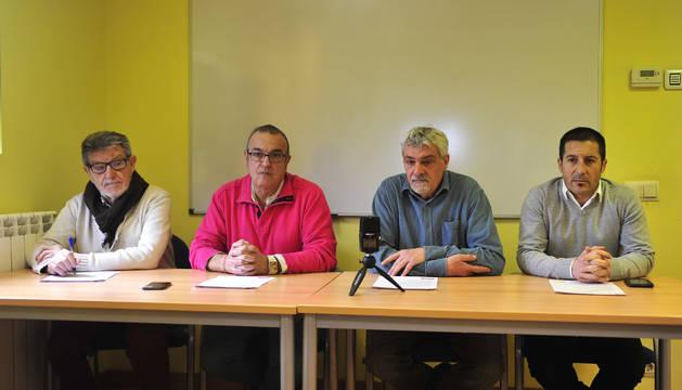 Desde la izda., Vicente Navarro, concejal de Educación de Marcilla; Valentín García, alcalde de Falces; Javier Goñi, director del programa formativo, y Juan Carlos Castillo, alcalde de Peralta.