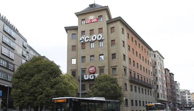 Vista del edificio de los sindicatos en la avenida Zaragoza
