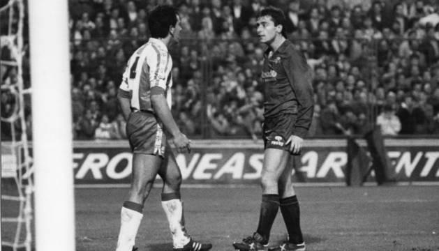 Michael Robinson se encara con un jugador del Espanyol durante su primer partido como rojillo en El Sadar