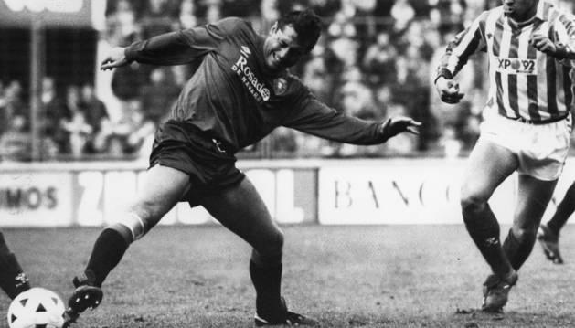 Robinson con una mueca de dolor en el momento en el que un mal gesto terminó por empeorar su lesión de rodilla y le obligó a colgar las botas. El partido fue contra el Betis (3-1) en enero de 1989 en El Sadar